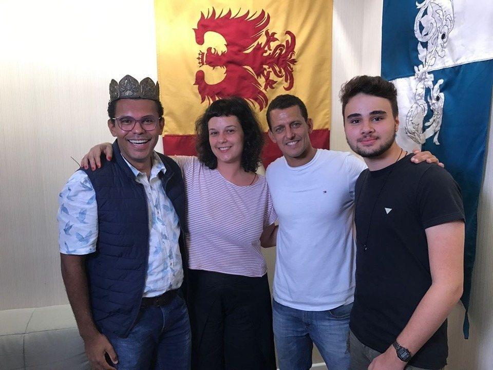 Live DSR: Mariana Sued e Pedro Equi. Figurinista e Cenógrafo com fãs de Deus Salve o Rei