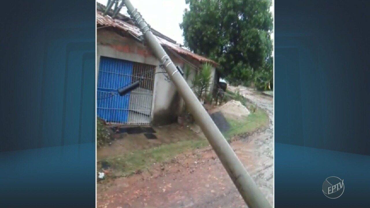 Poste cai em cima de uma residência no Satélite Íris, em Campinas