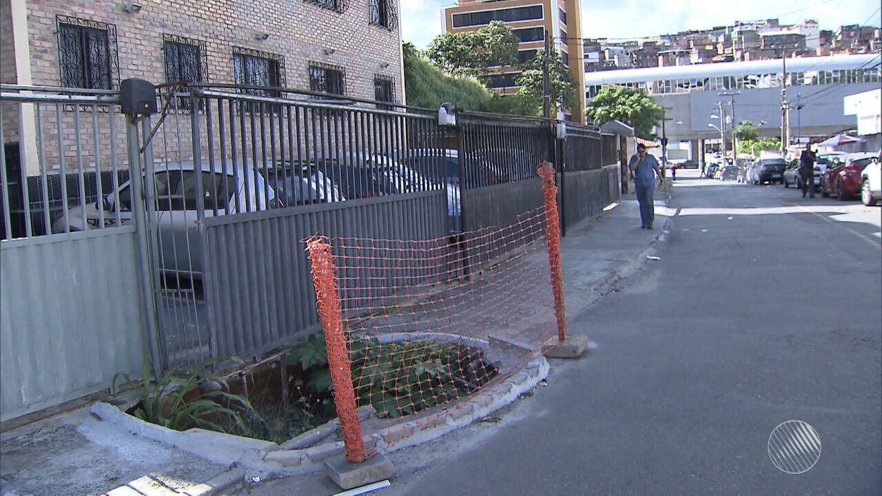 Buraco na calçada provoca transtornos para moradores da rua Amado Coutinho, em Brotas