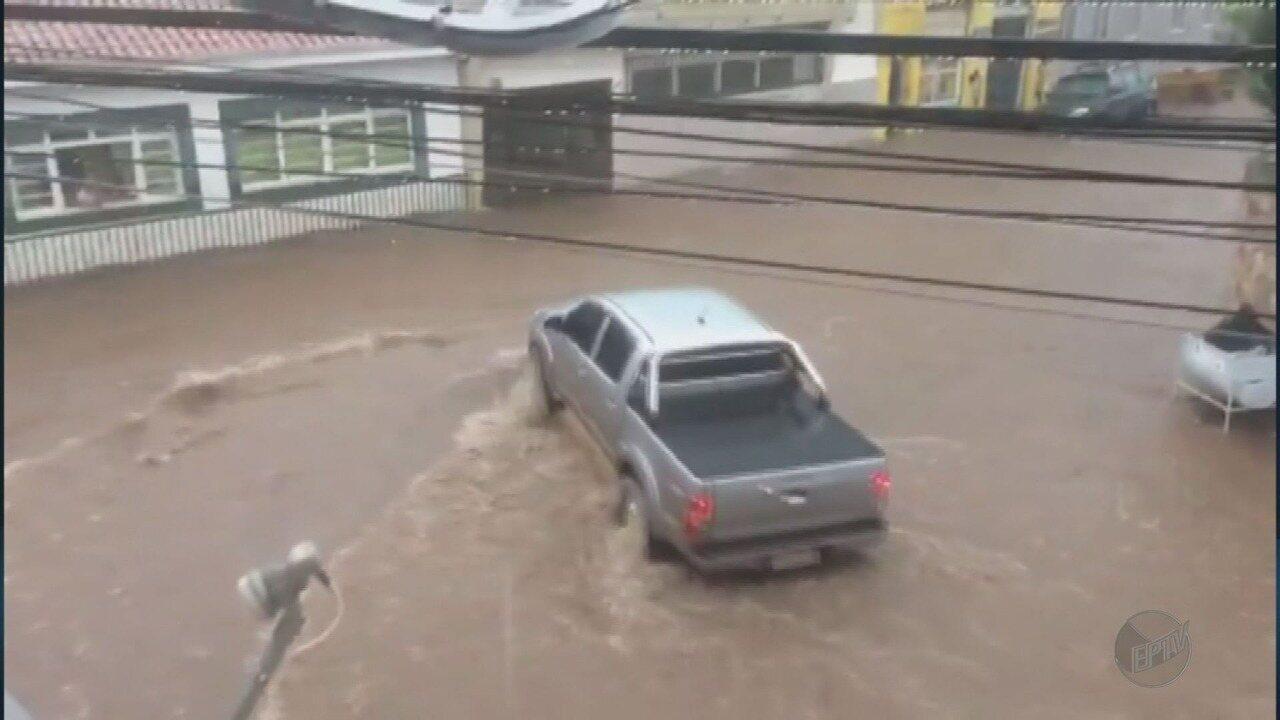 Chuva causa enchente em ruas do Centro de Pouso de Alegre (MG)