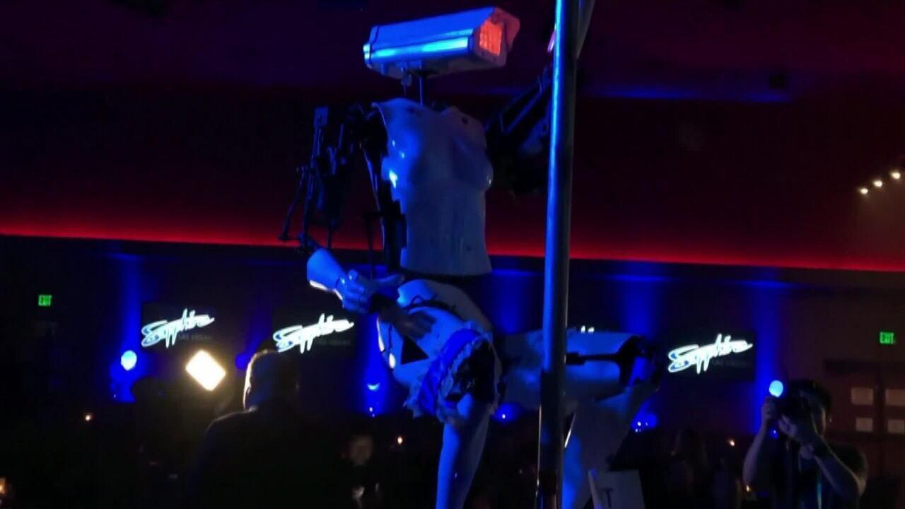 Robôs dançam pole dance na Consumer Electronics Show