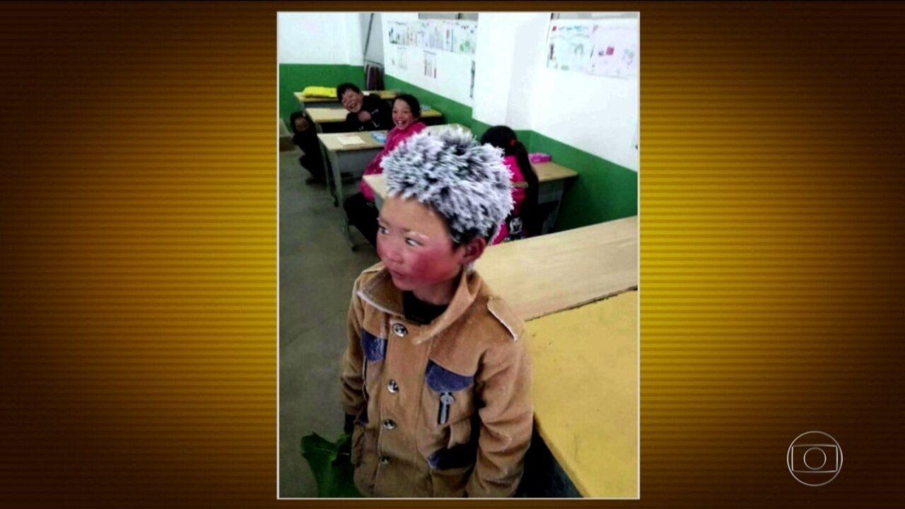 Menino chinês enfrenta frio intenso para ir à escola e foto viraliza