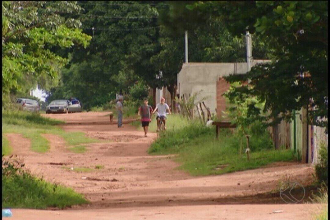 Moradores de bairro em Uberlândia sofrem com falta de rede de esgoto
