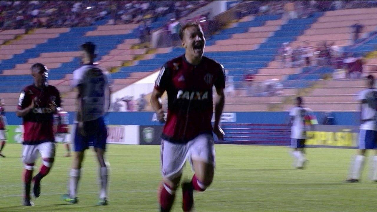 Gol do Flamengo! Matheus Dantas cobra falta fora da área e marca, aos 20' do 2º tempo