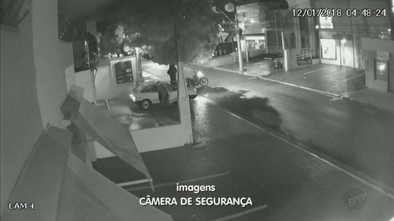 Grupo invade loja com carro e leva roupas em Ribeirão Preto, SP