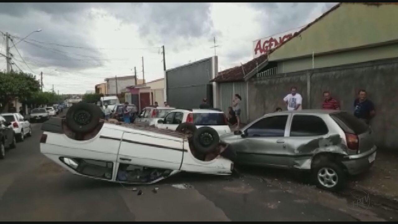 Carro capota e atinge outro carro em São Carlos