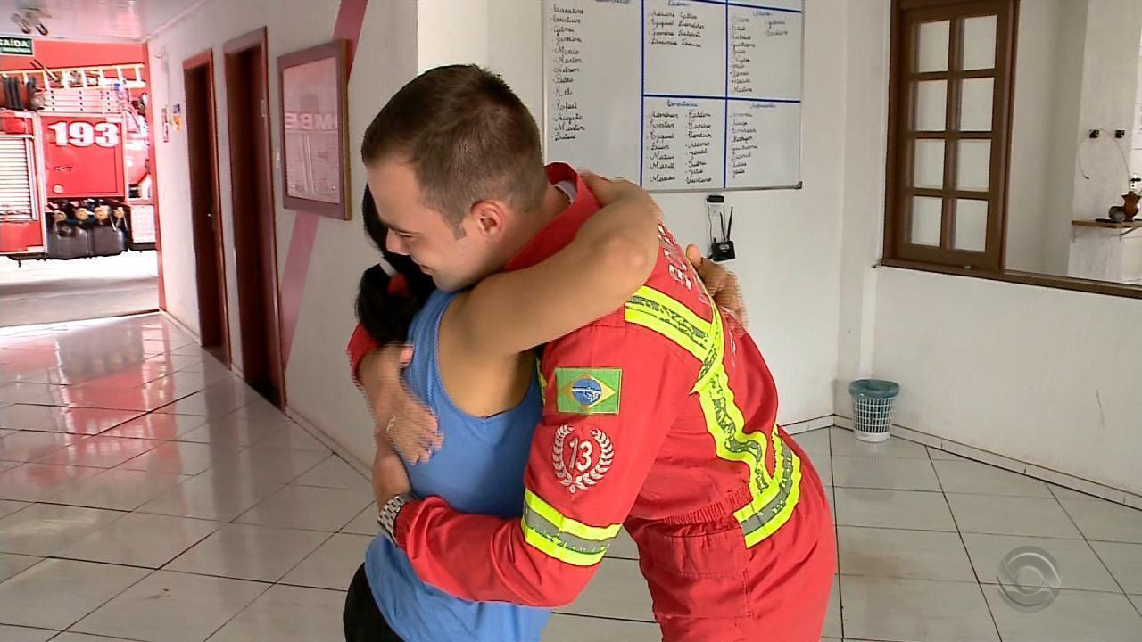 Bombeiro que ajudou mãe a salvar bebê em Teutônia recebe agradecimento da família