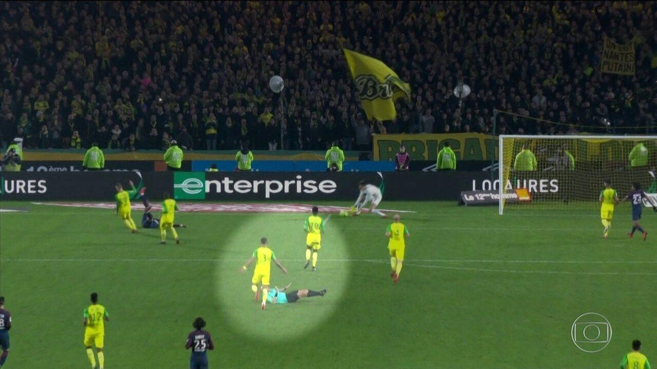 Árbitro francês se desentende com jogador brasileiro do Nantes e o expulsa