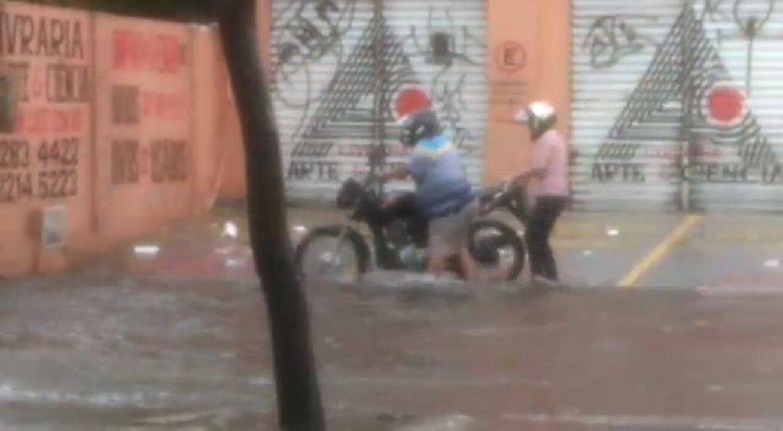 Chuva causa alagamento na Avenida 13 de Maio, em Fortaleza