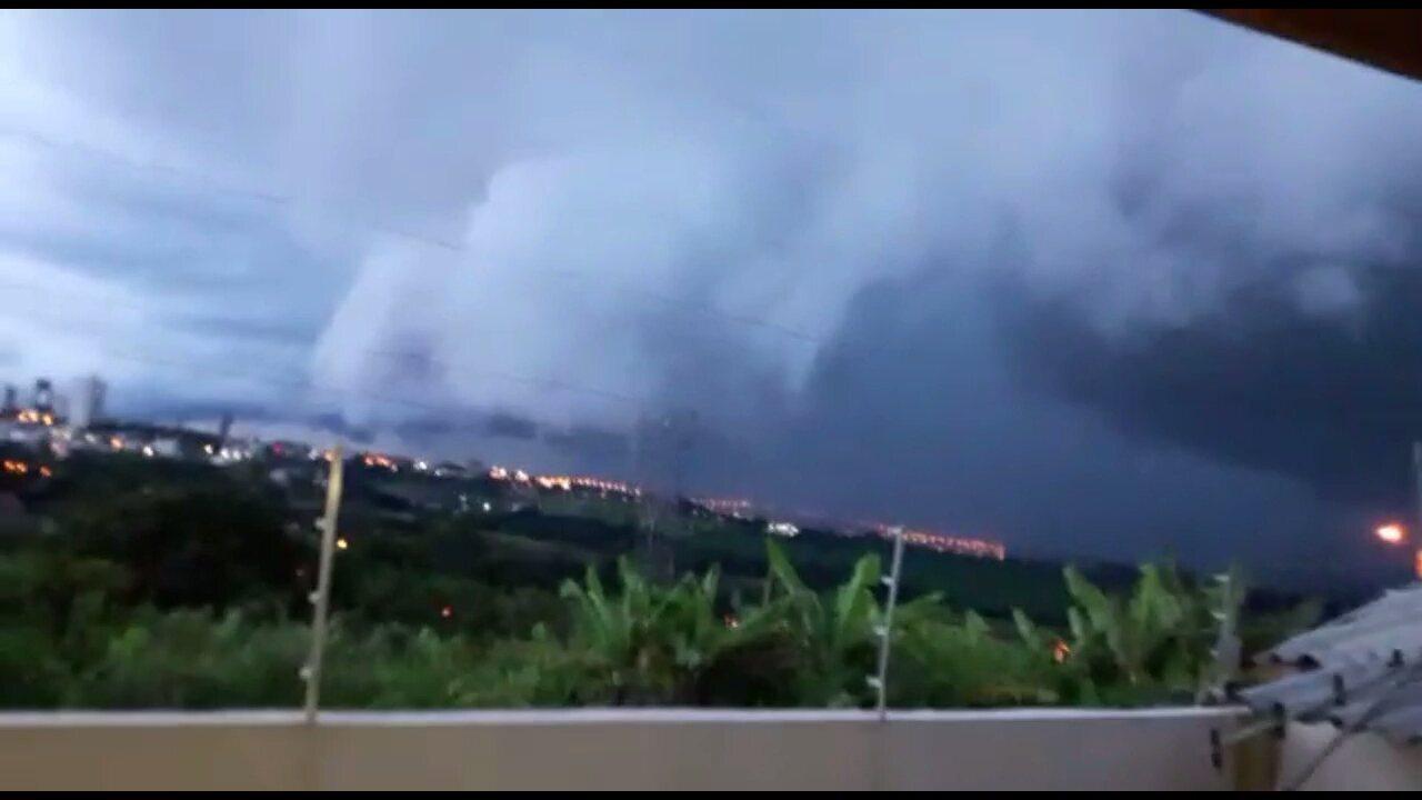 Morador de Apucarana registra nuvens de chuva encobrindo o município