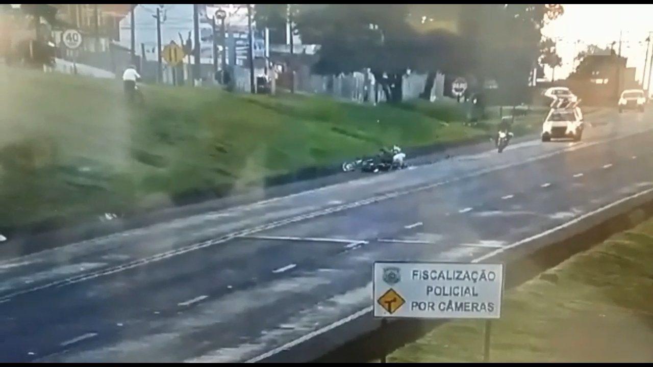 Moto pega fogo após atropelar pedestre em um trecho da BR-277 em Cascavel