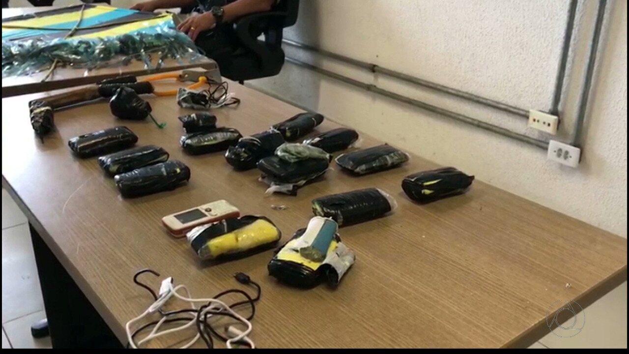 Polícia apreende celulares que seriam arremessados para dentro de presídio