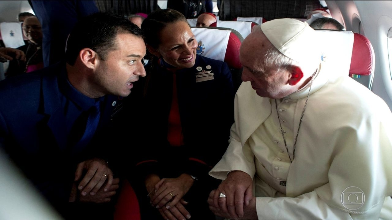 Papa Francisco casa comissários de bordo em pleno voo no Chile