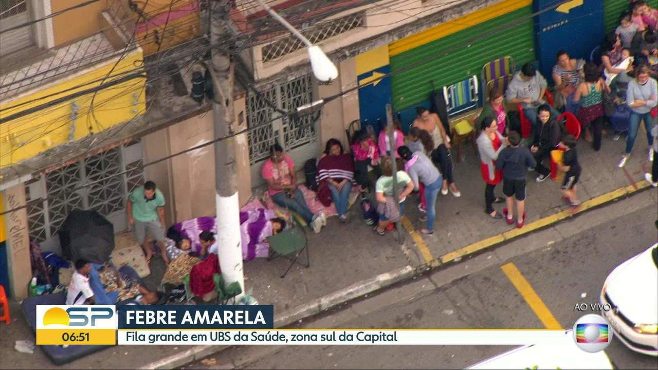 Moradores da Zona Sul levam colchão para fila de vacinação contra febre amarela
