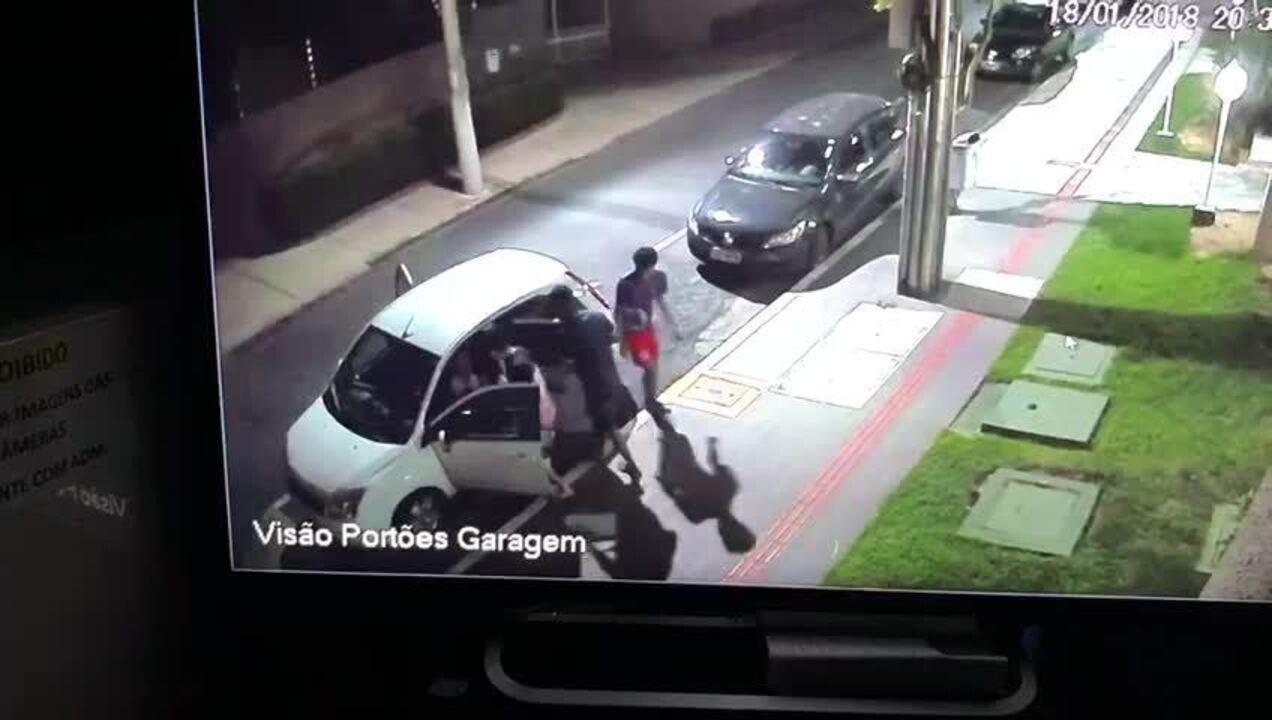 Vídeo: jovens são rendidos e levados em carro junto com assaltantes em Cuiabá