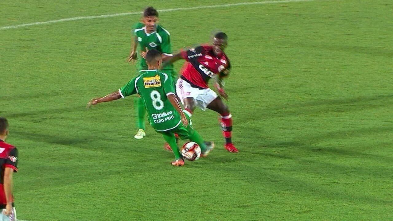 Vinicius Junior dá caneta humilhante em jogador da Cabofriense, aos 14' do 1º tempo