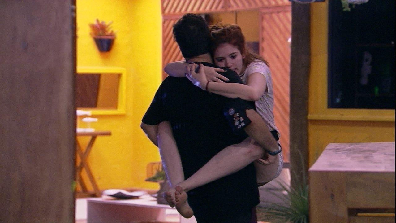 Jorge carrega Ana Clara no colo e ela questiona: 'A gente vai abandonar a festa?'