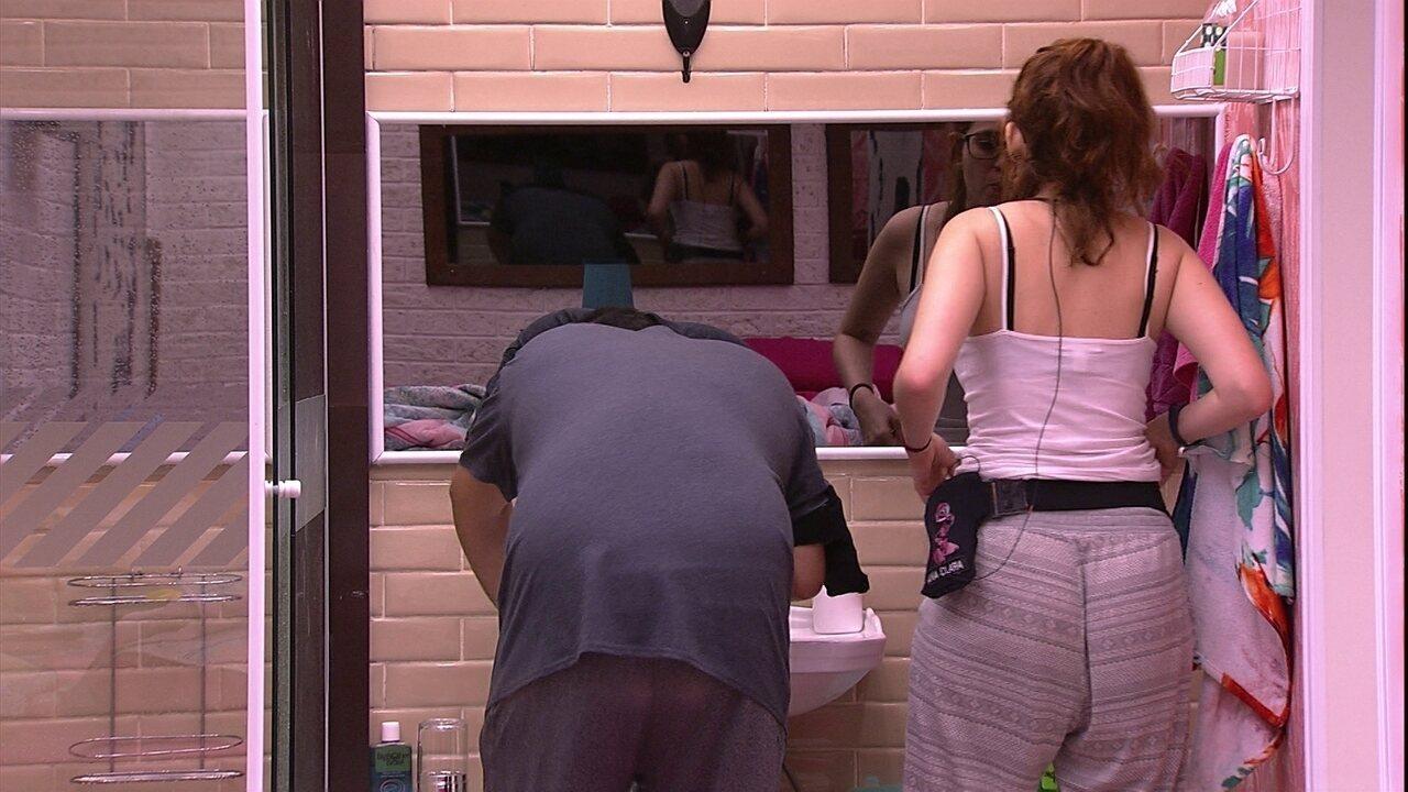 Ana Clara e Jorge cantam enquanto escovam os dentes