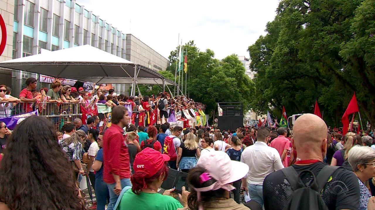 Com presença de Dilma, manifestantes fazem ato em Porto Alegre