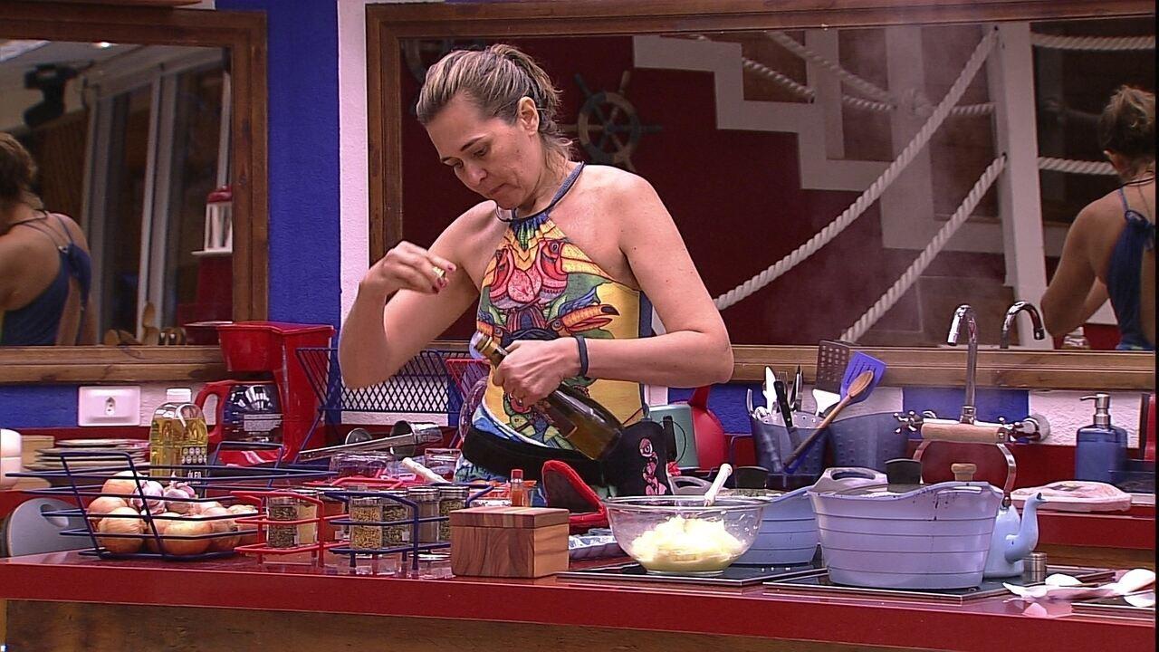Eva prepara salada na cozinha