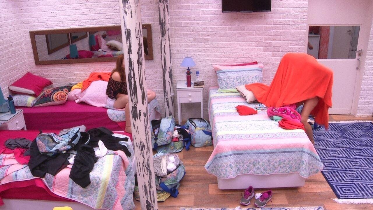 Eva se atrapalha ao trocar de roupa e Ana Clara avisa: 'Dá pra ver tudo