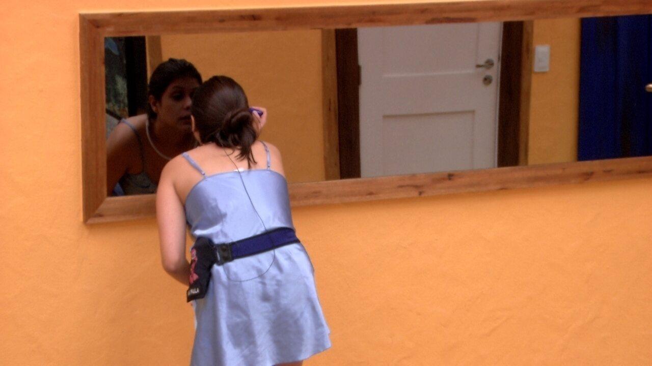 Ana Paula se maquia na sala