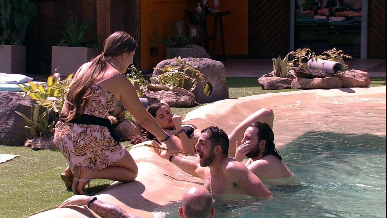 Na piscina, Patrícia ainda entrevista os brothers