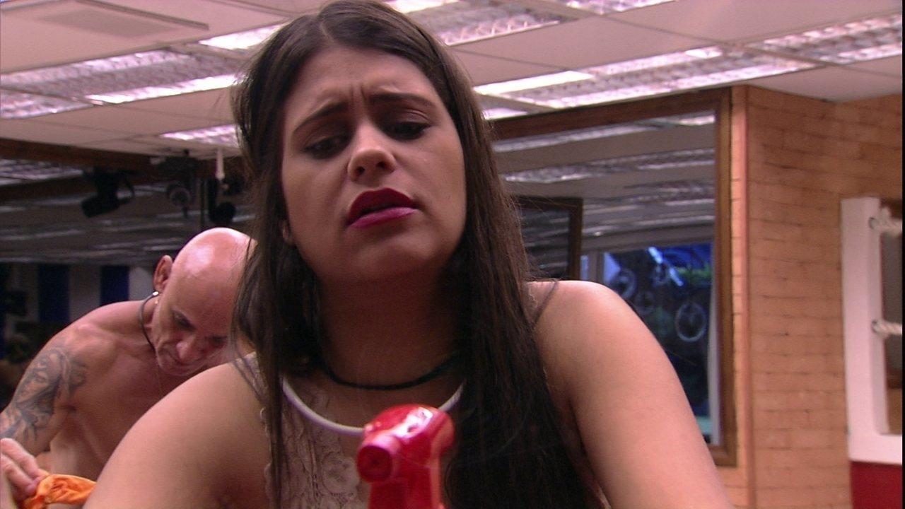 Ana Paula avisa que prefere fazer comida do que limpar a louça: 'é obrigado também'