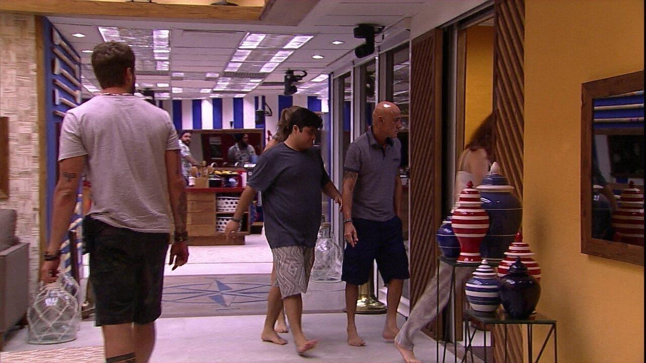 Brothers observam família Lima passar pela sala