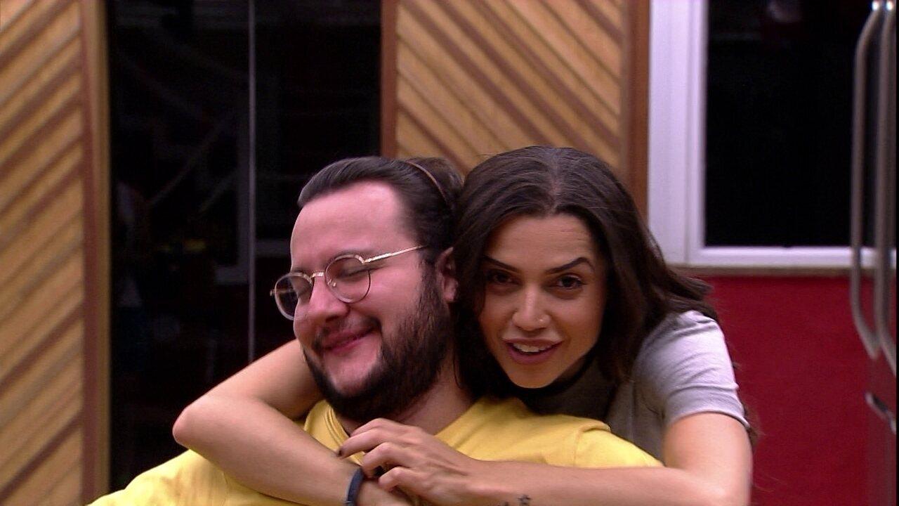 Paula termina de se arrumar e Diego brinca: 'Duas horas em pé, tinha que valer a pena!'