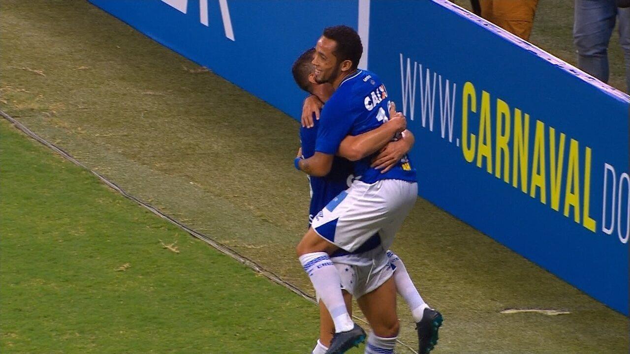 Gol do Cruzeiro! Rafinha puxa a jogada e, após troca de passes, finaliza para as redes