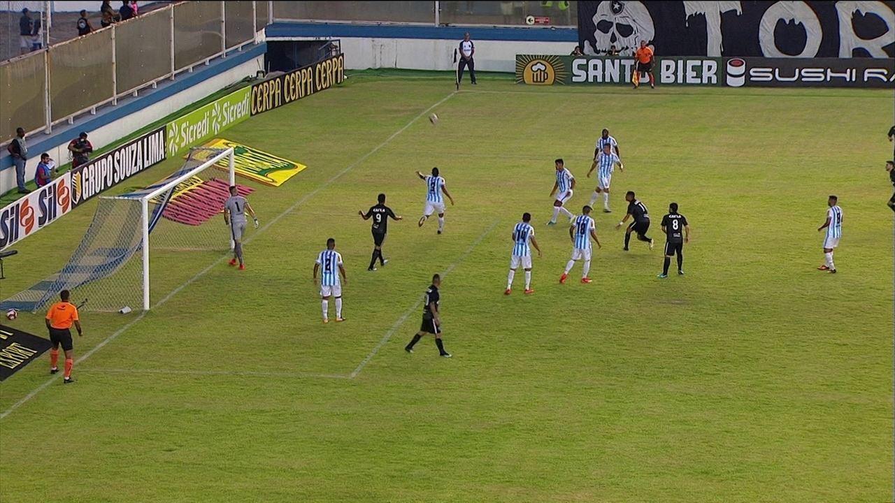 Pimpão faz ótima jogada pela direita, cruza e Luiz Fernando cabeceia, aos 7 do 1º tempo