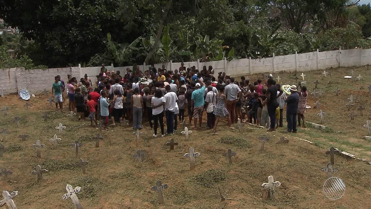 Corpo de menina morta com um tiro na porta de casa é enterado sob forte comoção