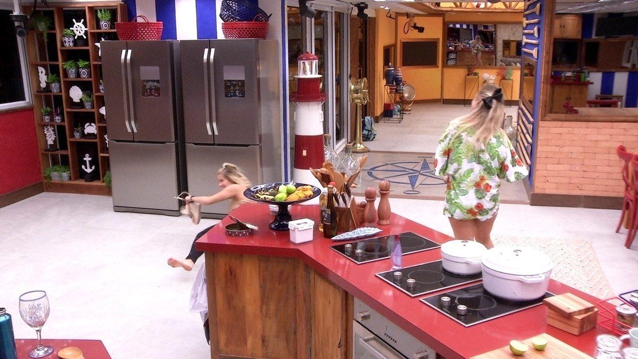 Jaqueline 'cai' na cozinha