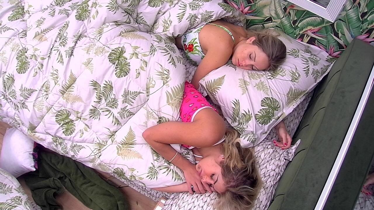 Jéssica e Jaqueline continuam dormindo após o toque de despertar