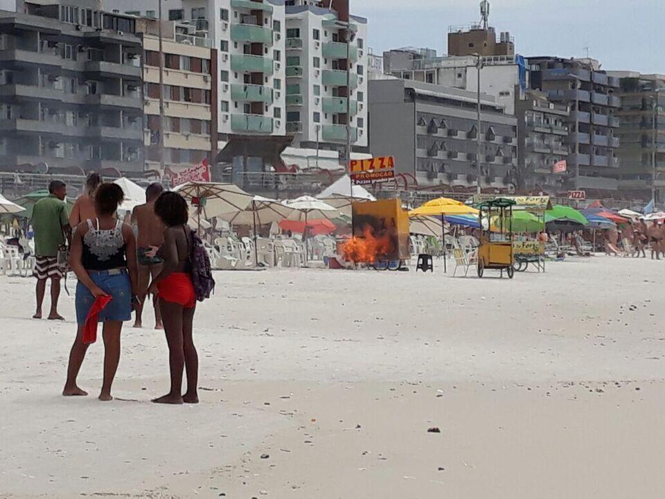 Barraca de pizza pega fogo na Praia do Forte em Cabo Frio