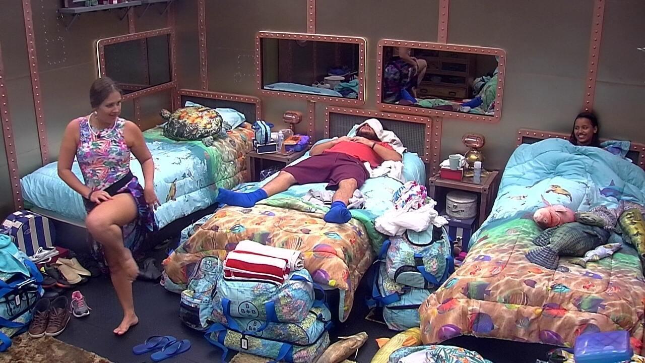 Patrícia e Gleici conversam enquanto Ana Paula e diego dormem