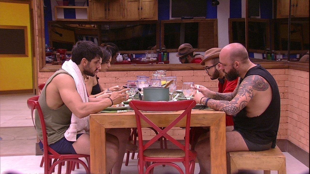 Brothers almoçam prato preparado por Caruso e Paula