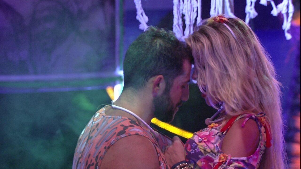 Kaysar e Jaqueline encenam música e dançam juntos na Festa Arrasta-pé