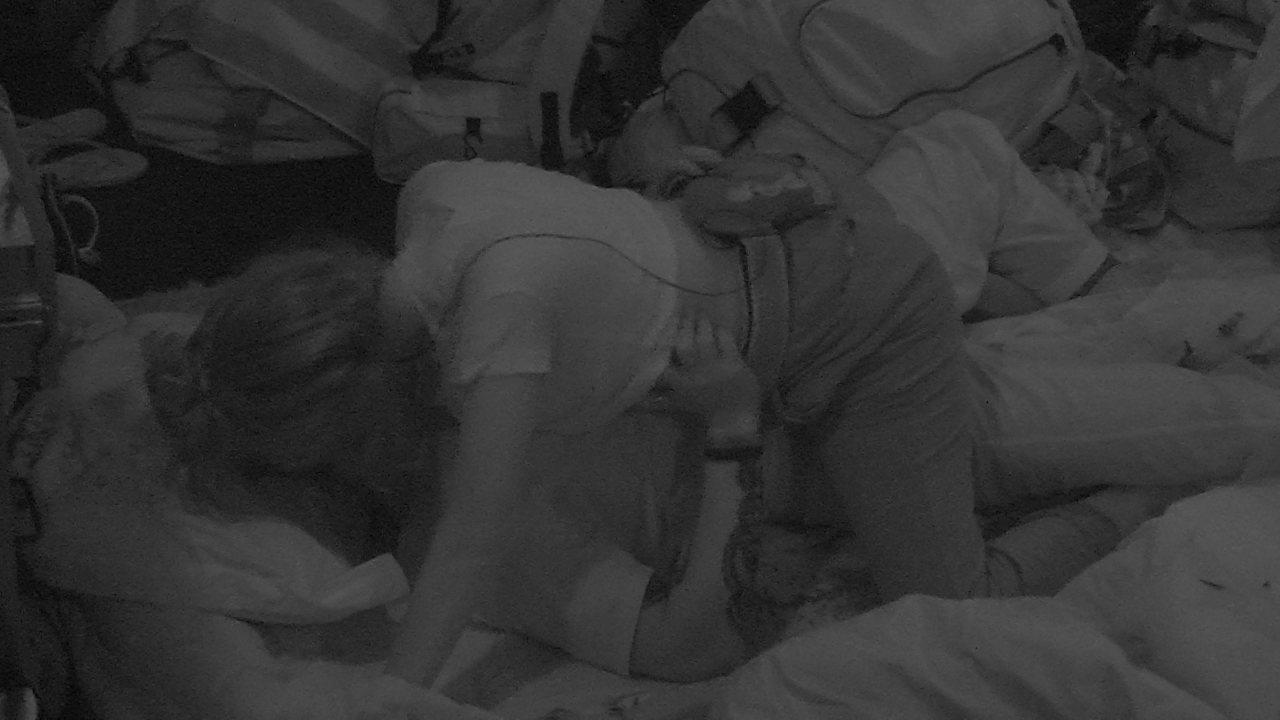 Clima esquenta entre Ana Clara e Breno no chão