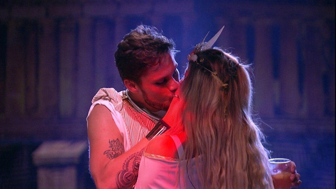 Breno e Jaqueline se beijam na Festa Deuses Gregos