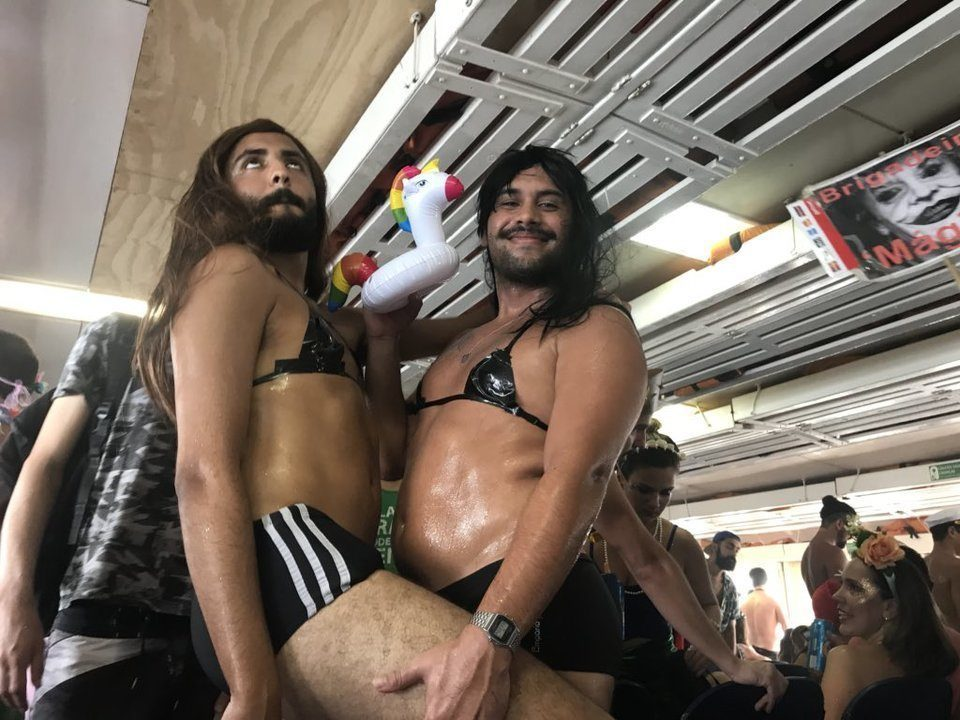 Foliões se divertem nos blocos de Carnaval