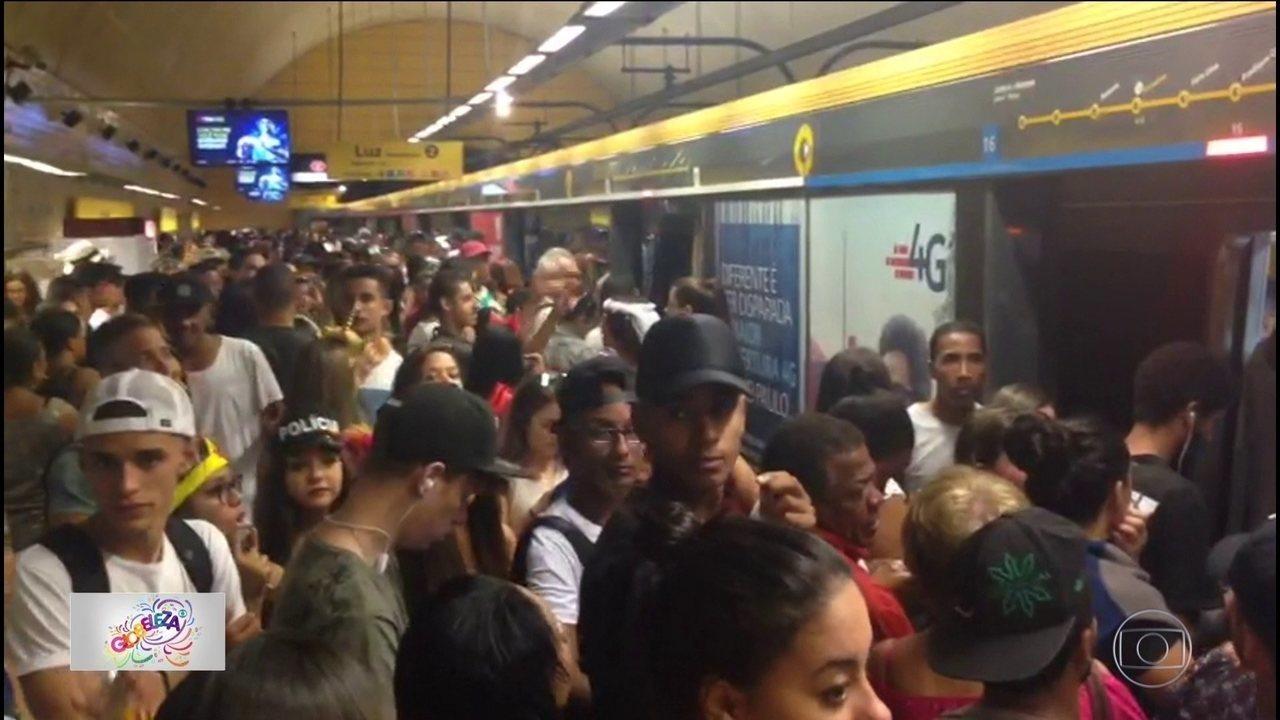 Linhas de metrô ficam lotadas no 1º dia de folia na capital