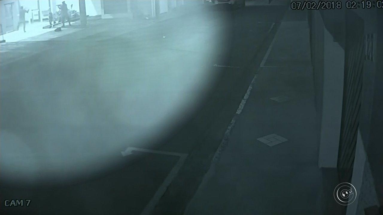 Câmera flagra ação de quadrilha na explosão em agência bancária em Promissão