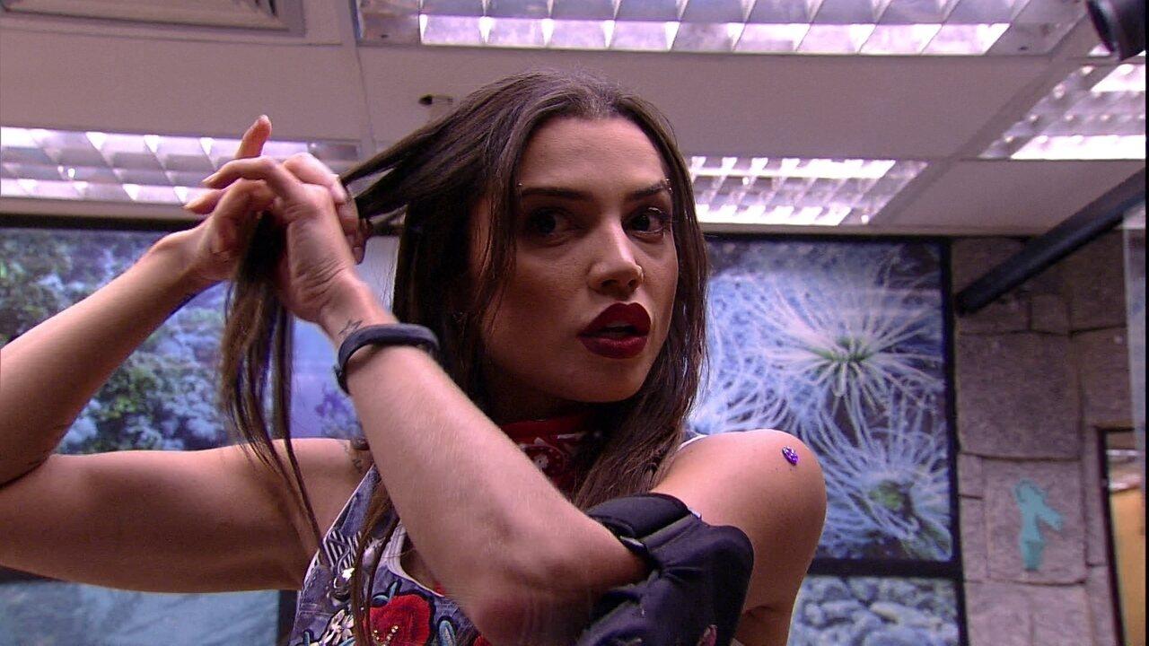 Paula faz tranças no cabelo para a Festa Femineja