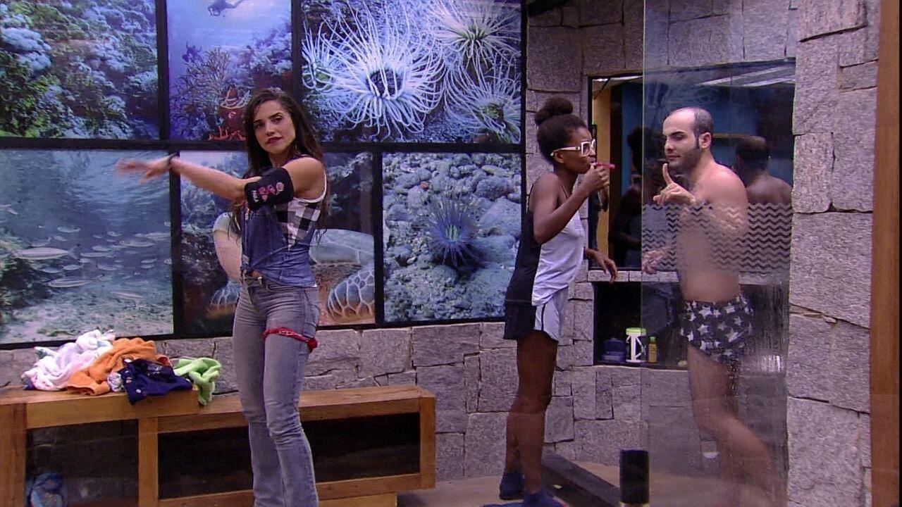 Paula dança em frente ao espelho do banheiro