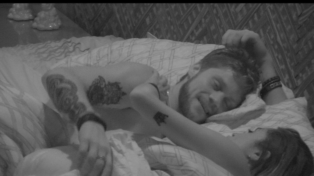 Paula reclama com Breno: 'Eu estou em um cantinho da cama, menino!'