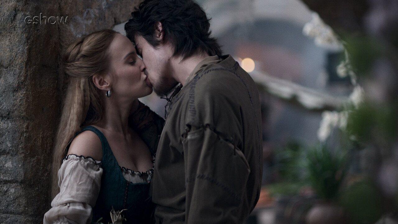 Teaser de 'Deus Salve o Rei' 08/02: Tiago e Diana se beijam