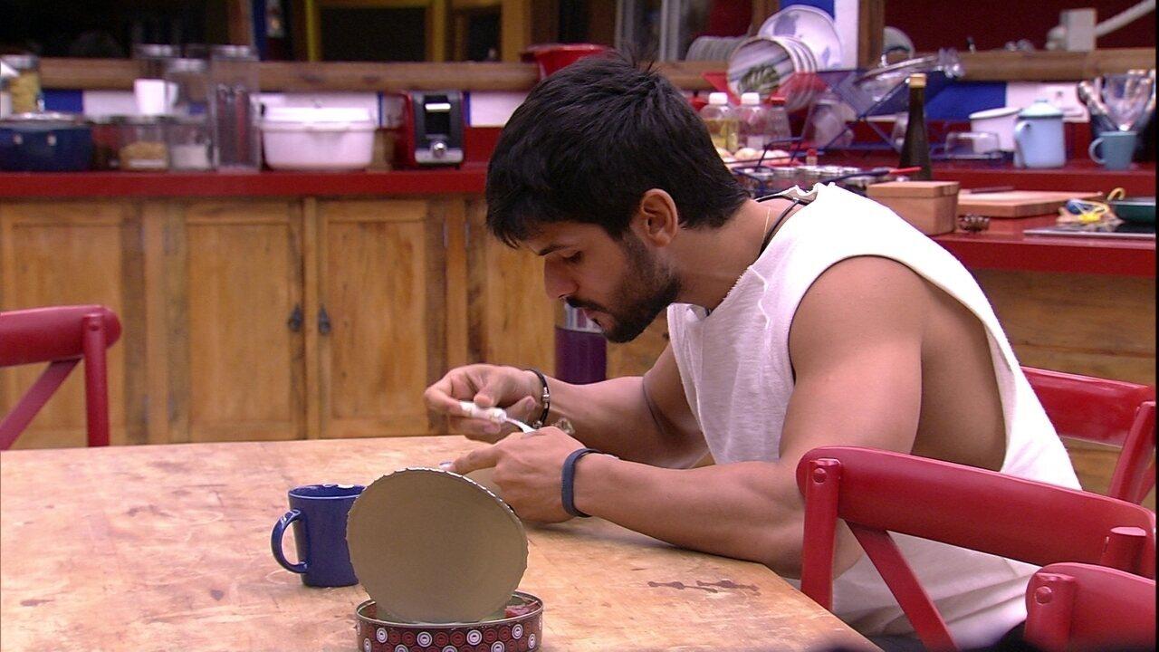 Lucas toma café da manhã sozinho