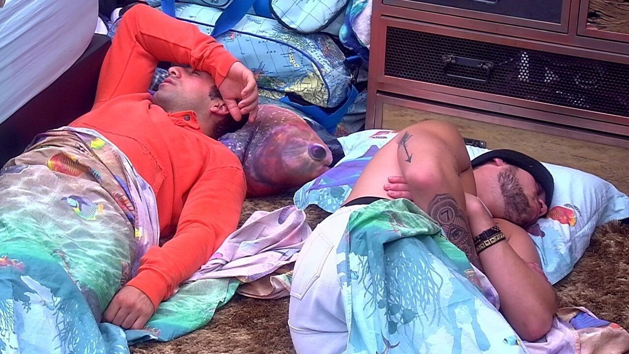 Kaysar e Breno dormem no chão